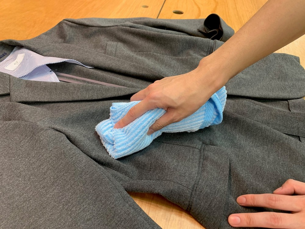 熱めのお湯でしぼったタオルで汗をかいた部分を拭く